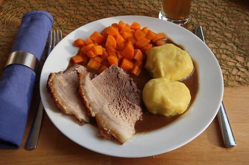 Schweinekrustenbraten mit viel Soße, Kartoffelklößen und Möhrengemüse (mein erster Teller)