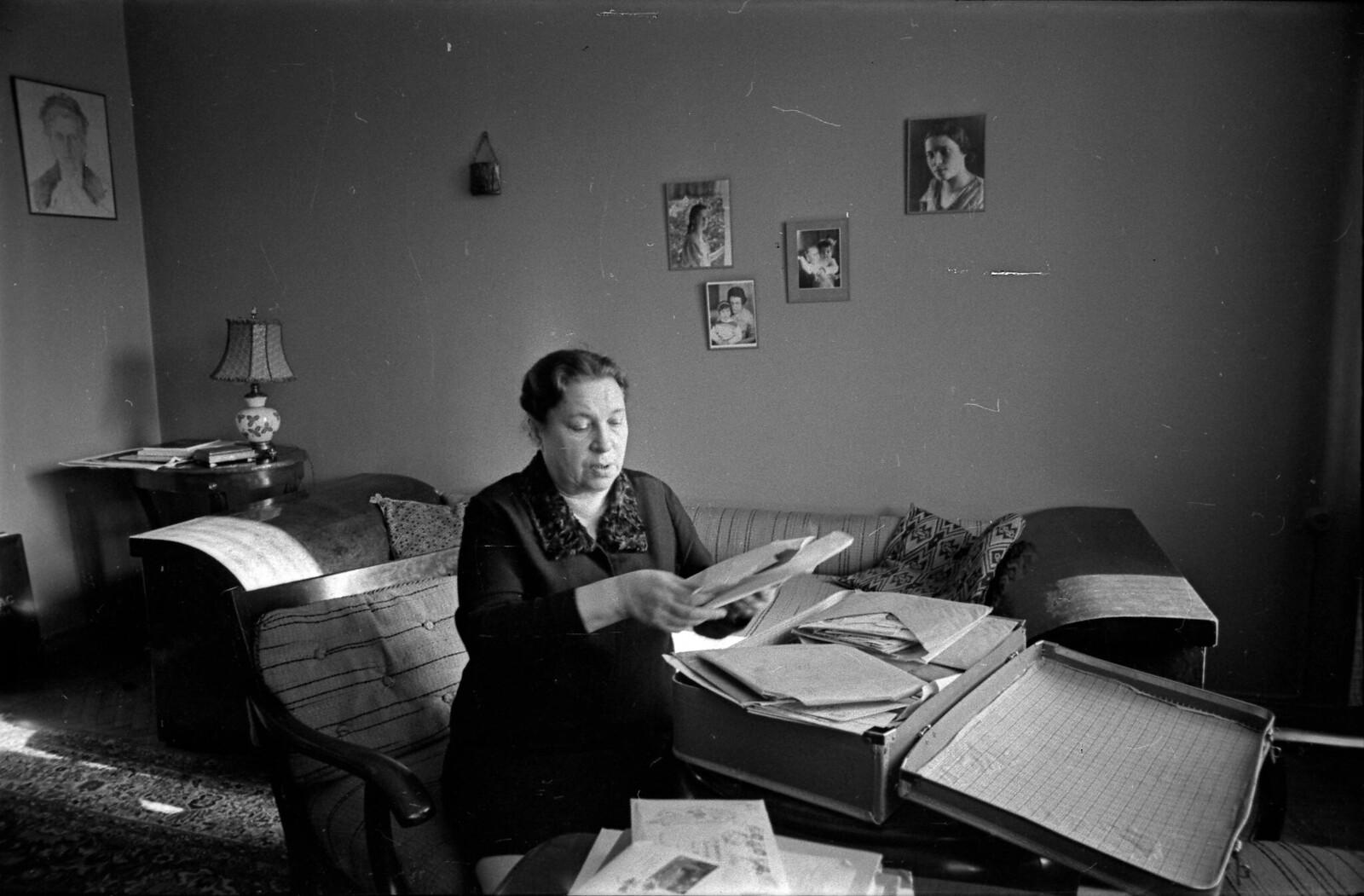 1969. Агния Барто разбирает очередную порцию писем, пришедших на ее имя в Москву, от людей, разлученных во время Великой Отечественной войны