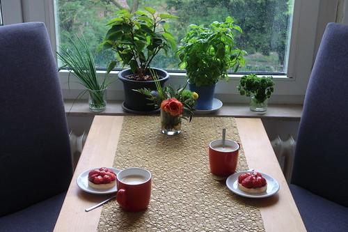 Erdbeertörtchen zum Nachmittagskaffee (Tischbild)