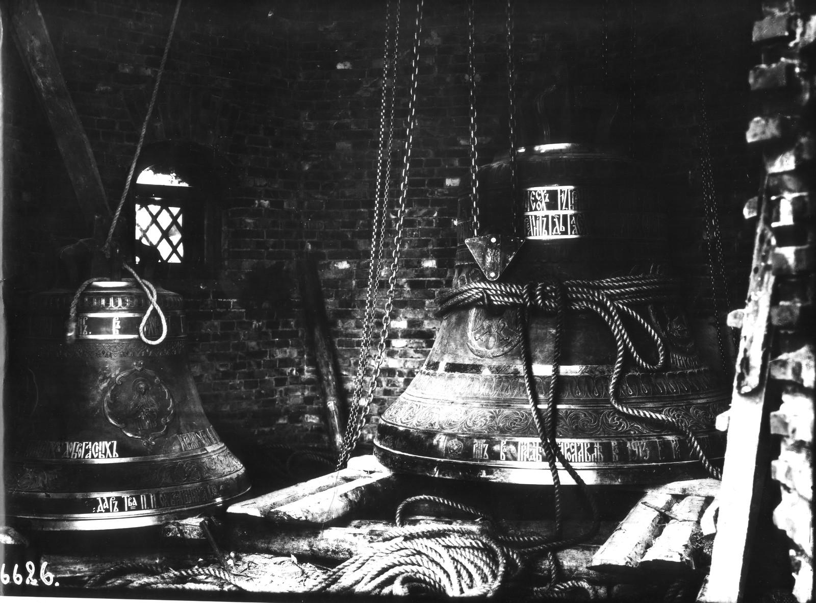 1914. Колоколы в звоннице. Справа самый большой колокол  «Николай-Михаил»