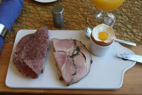 Corned Beef und Kräuterkochschinken auf Dinkel-Hafer-Vollkornbrot zum Frühstücksei