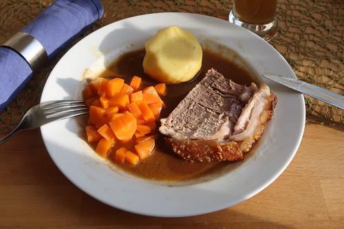 Schweinekrustenbraten mit viel Soße, Kartoffelklößen und Möhrengemüse (mein zweiter Teller)