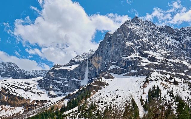 descent of an avalanche / Spritzkarspitze mit Lawinenabgang