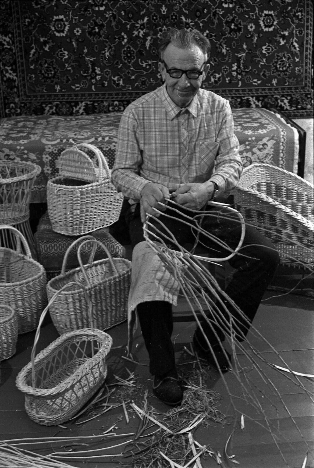 1984. Мастер-плетельщик Александр Погодин. Так вяжут из ивы только в Ярославле