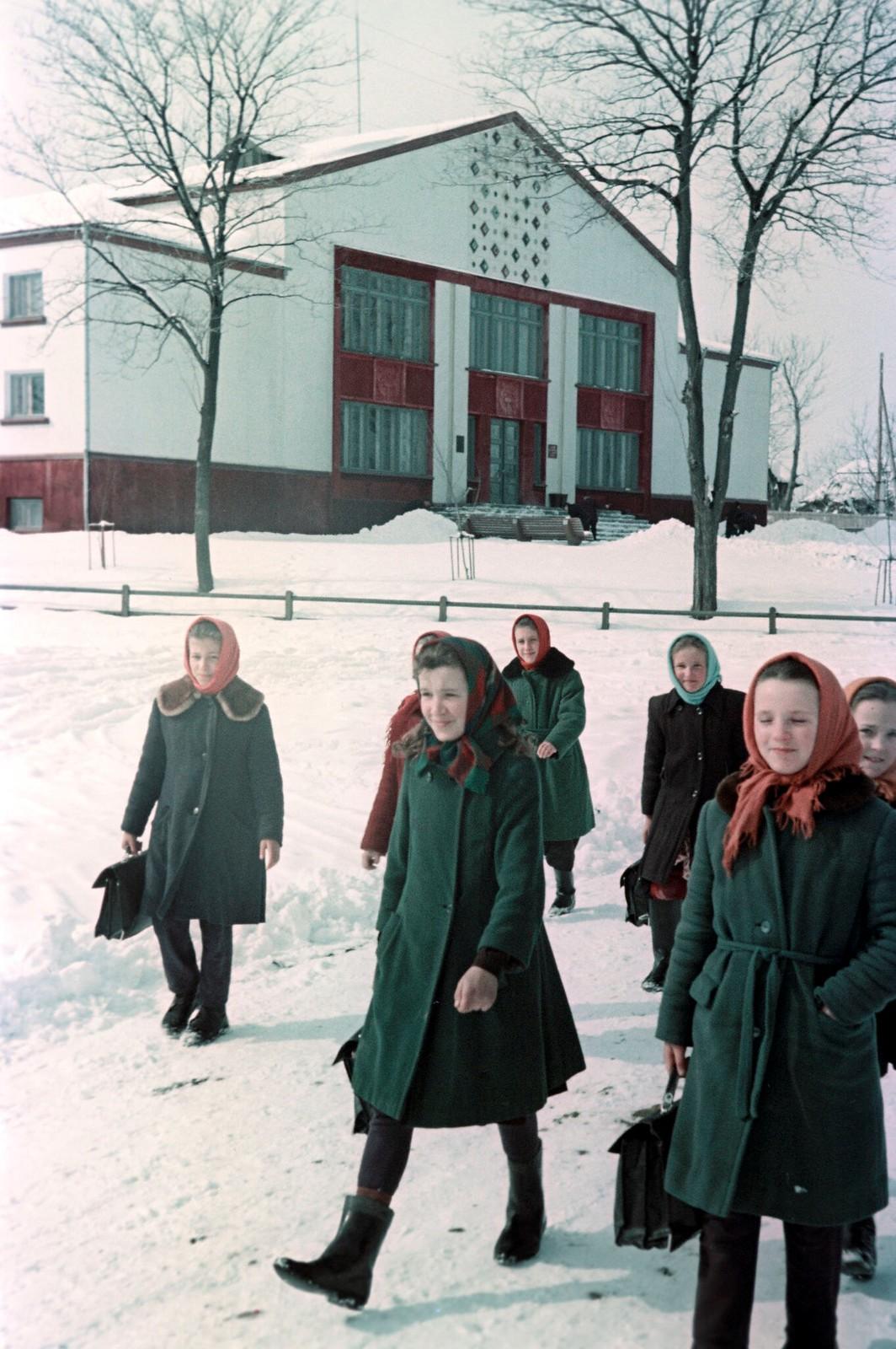 1968. В школу. Весна, Колхоз имени Суворова, Черновицкая область.