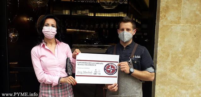 Soray Manchado recibe su premio en el Restaurante La Lula.