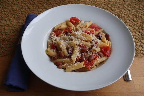 """Pasta e fagioli""-Variante mit Penne, Borlotti-Bohnen und geschmelzten Tomaten (mein Teller)"
