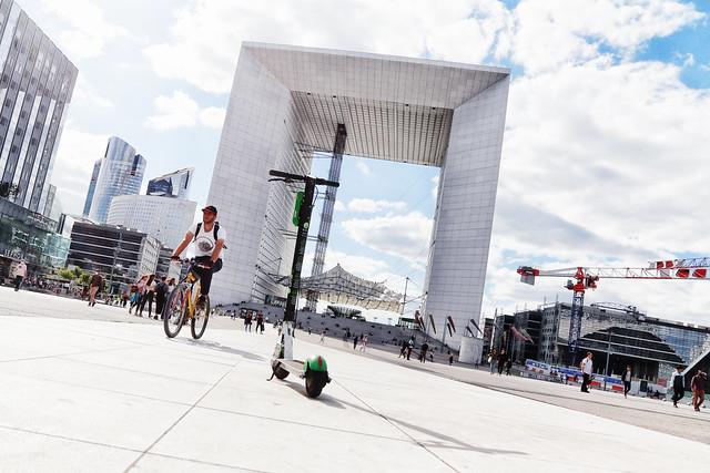 Sur le parvis // On the esplanade