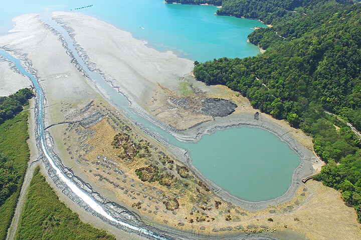 武界壩與與栗栖壩攔截溪水送入日月潭,進水口淤積明顯。圖片來源:台電月刊