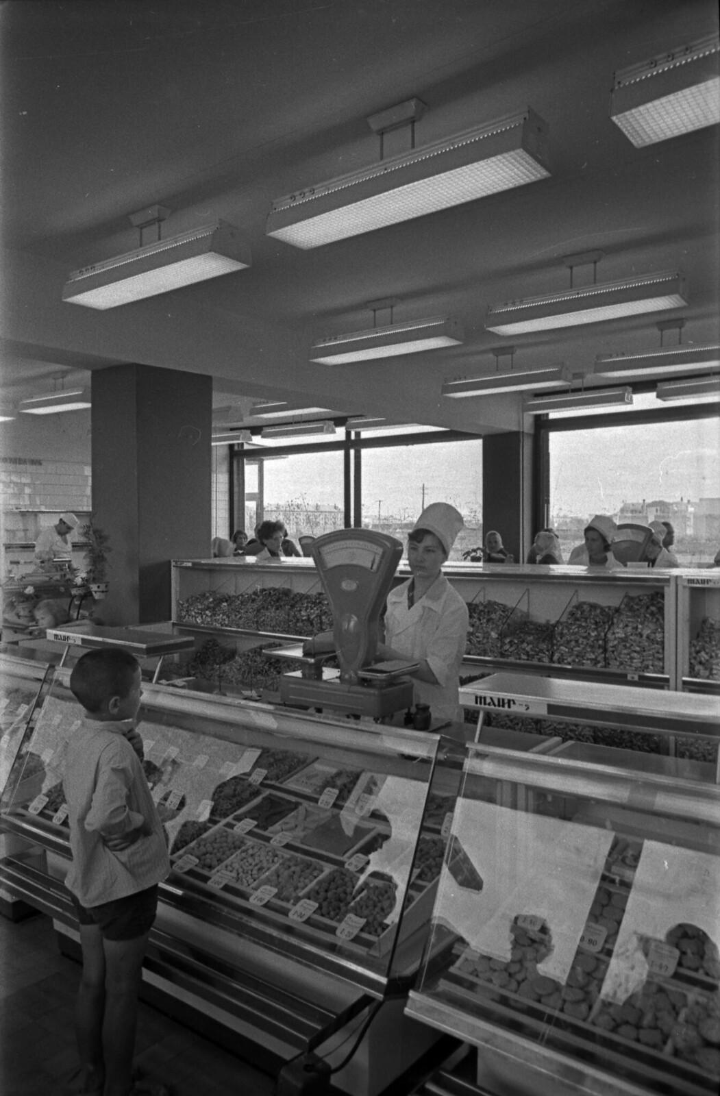 1967. Сладости. В магазинах изобилие продуктов и широкий выбор, 50-летие Марийской АССР, г. Йошкар-Ола
