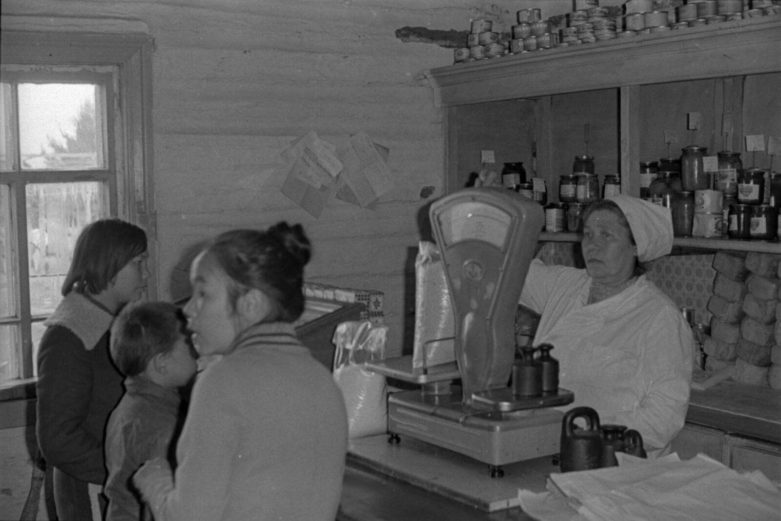 1965. Продавщица Зоя Коноплева. В магазине, поселок Ухта