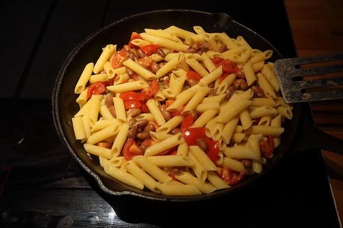 """Pasta e fagioli""-Variante mit Penne, Borlotti-Bohnen und geschmelzten Tomaten (fertig)"