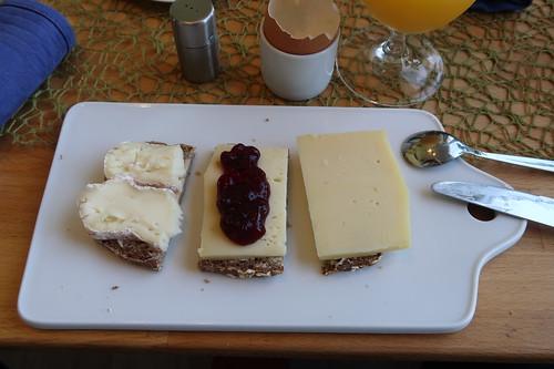 Tiroler Gold, Treenetaler mit Preiselbeeren und Angebot-Käse auf Dinkel-Hafer-Vollkornbrot