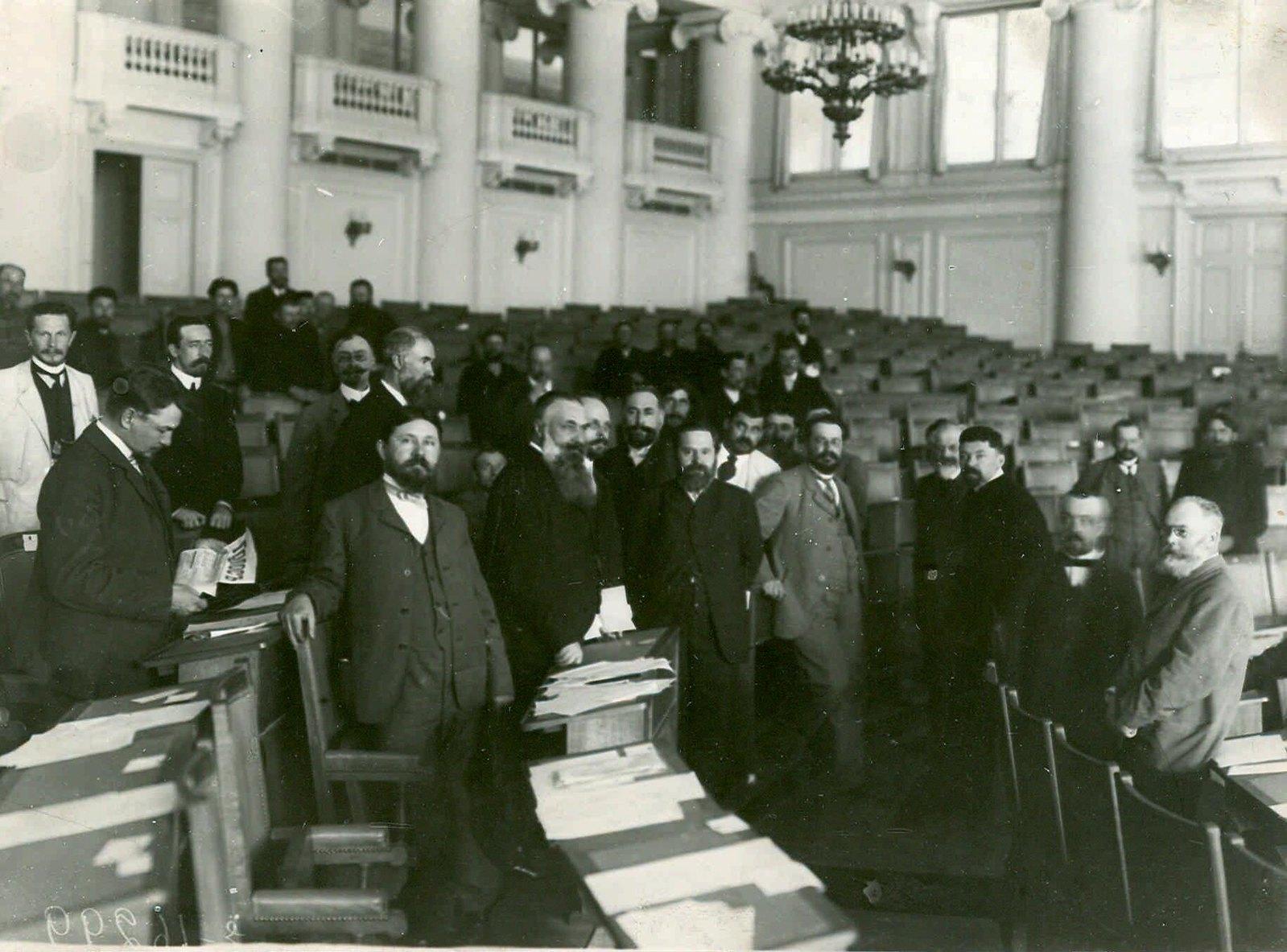 1906. Группа депутатов Первой Государственной Думы в зале заседаний Таврического дворца