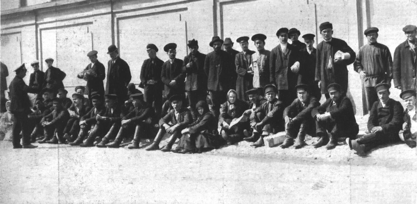 1914. Ждут очереди (приемная комиссия запасных)
