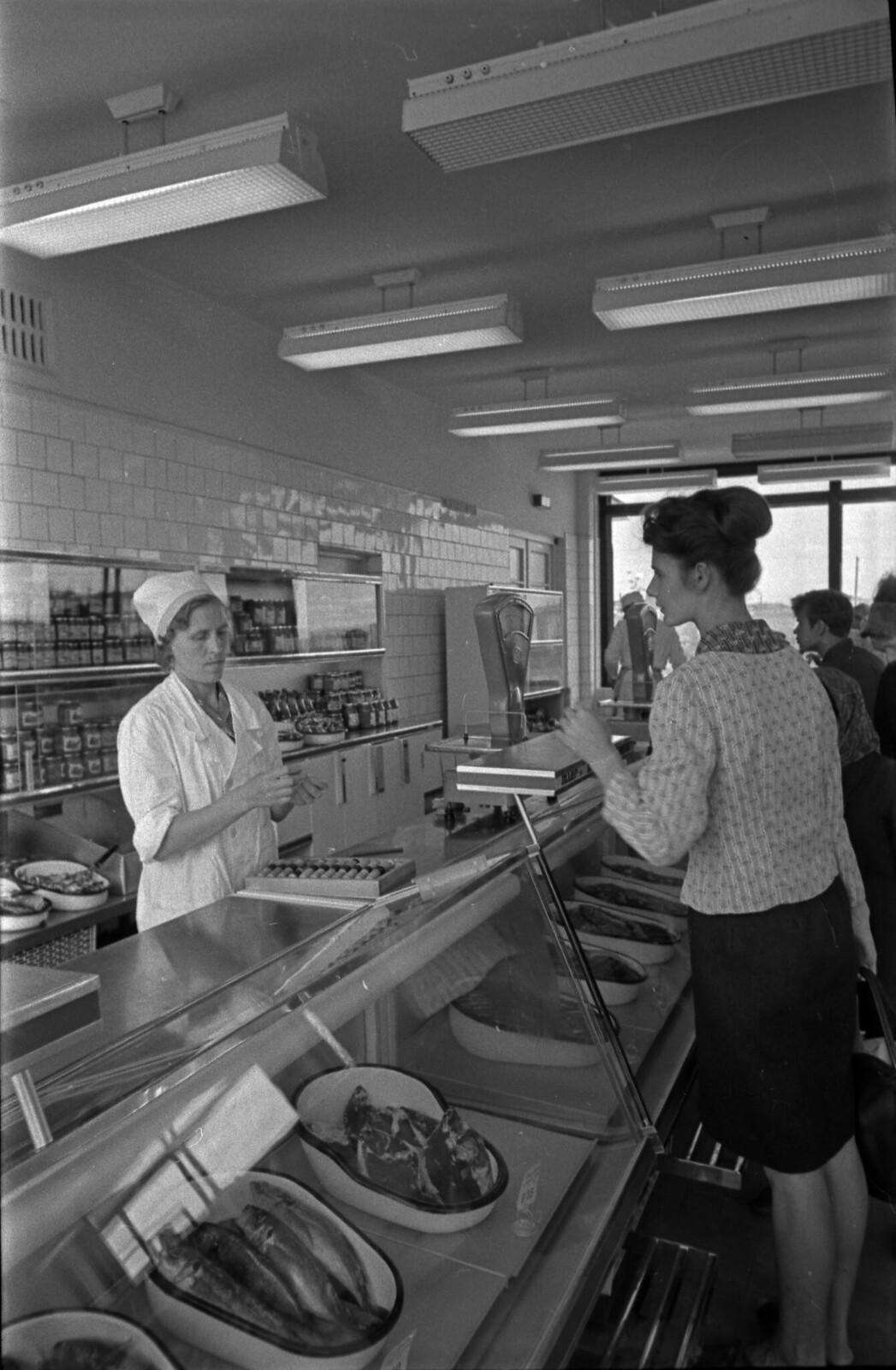 1967. «Рыба». В магазинах изобилие продуктов и широкий выбор, 50-летие Марийской АССР, г. Йошкар-Ола