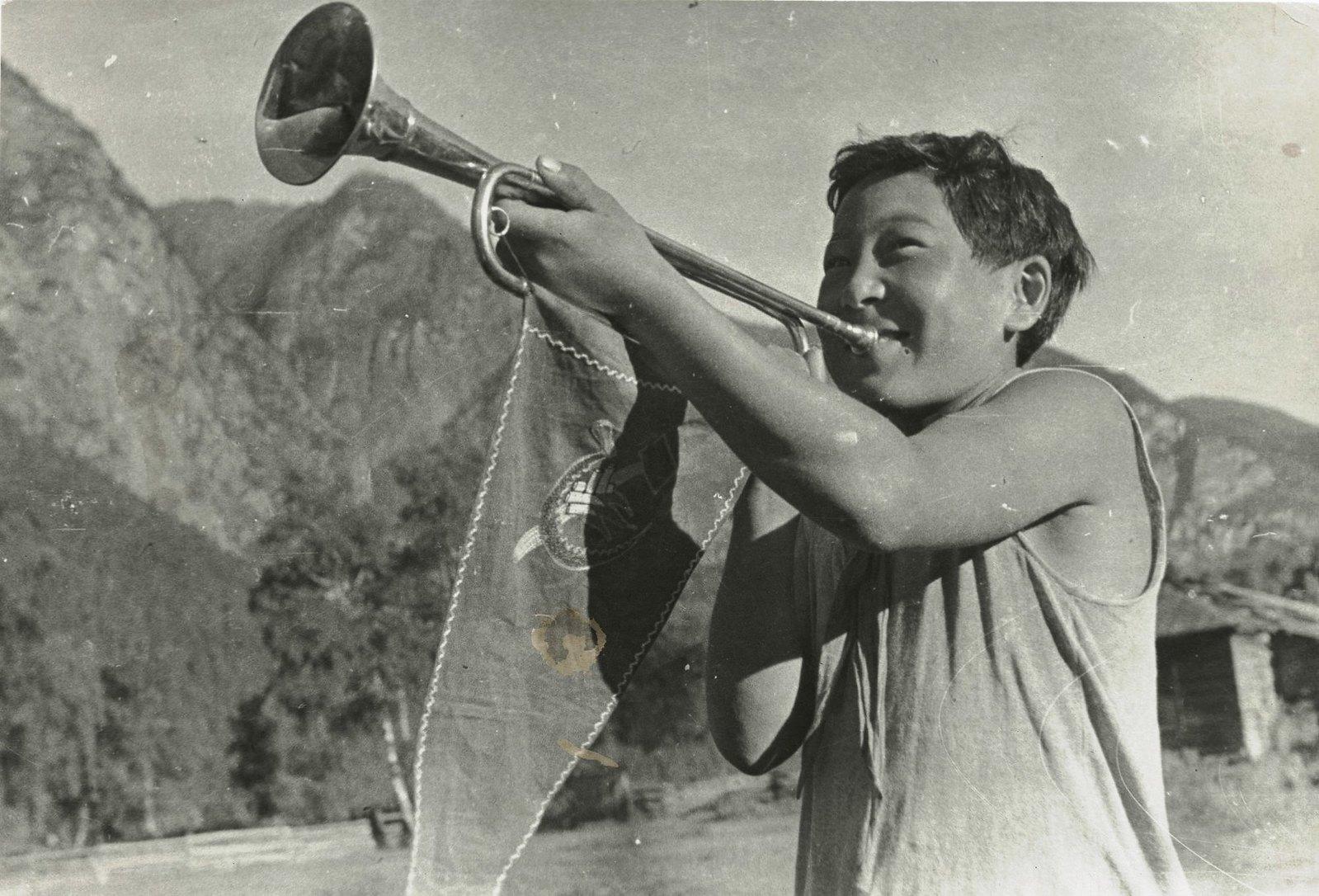 1937. Пионер-горнист дает сигнал на зарядку