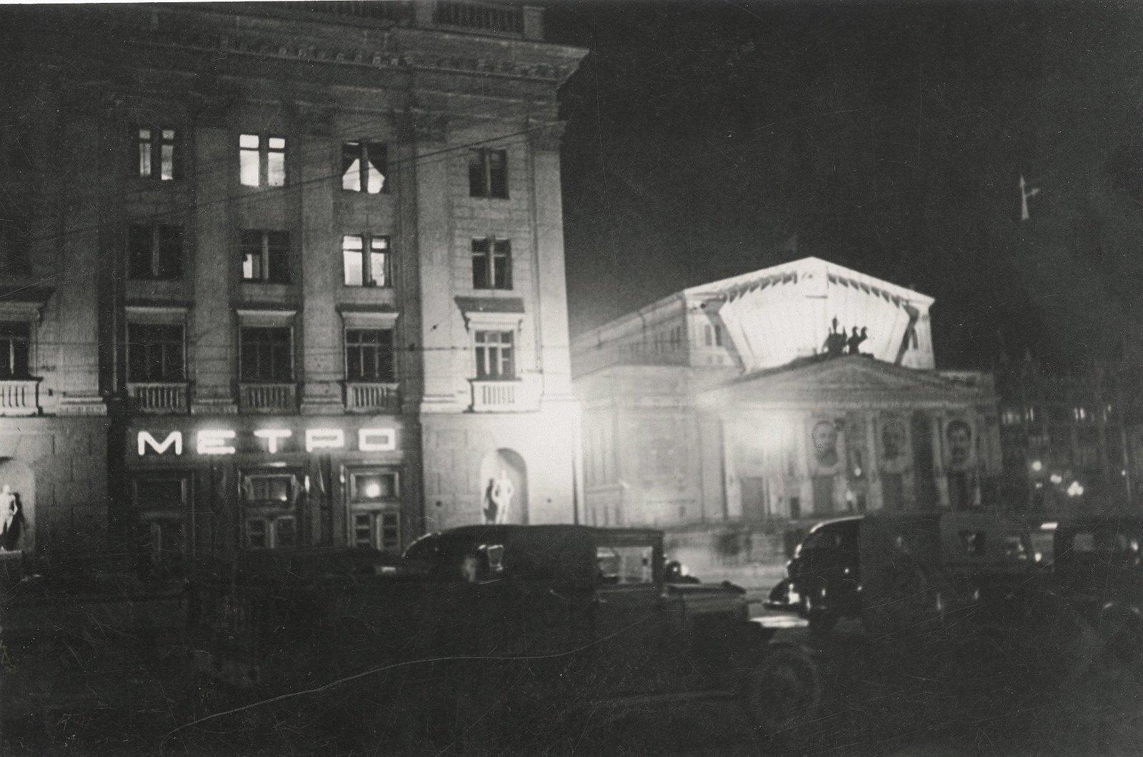 1930-е. Большой театр в дни октябрьских праздников