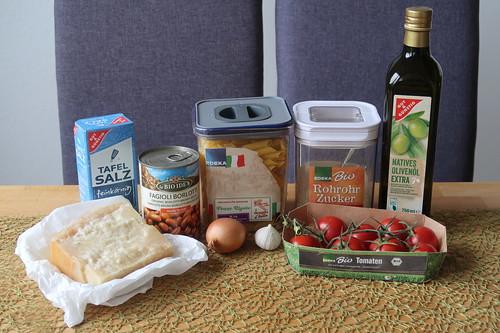 """Zutaten für """"Pasta e fagioli""""-Variante mit Penne, Borlotti-Bohnen und geschmelzten Tomaten"""