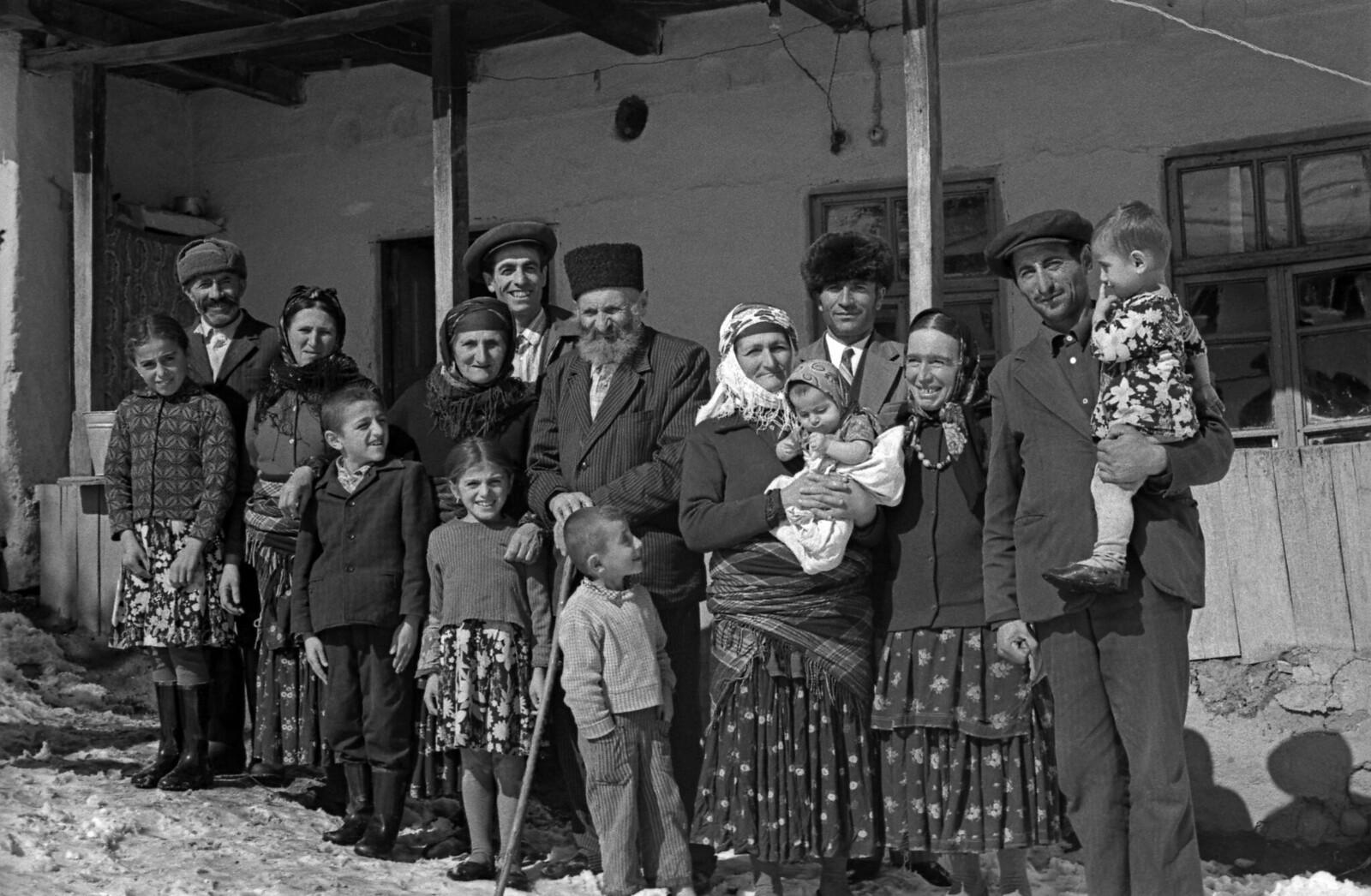 1977. Старейший житель Земли - Меджид Агаев, ему 143 года, среди родственных, октябрь