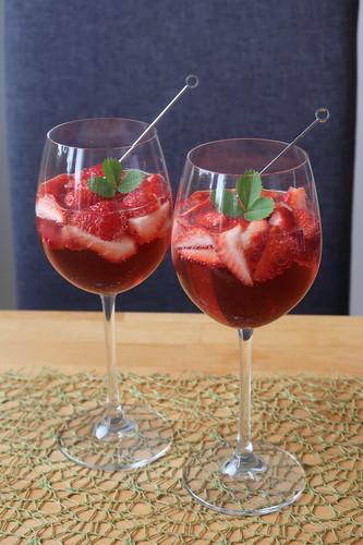 Zwei Gläser Erdbeer-Secco (servierbereit)