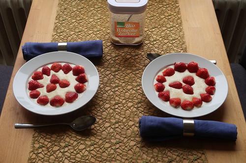 Quark mit frischen Erdbeeren (Tischbild)