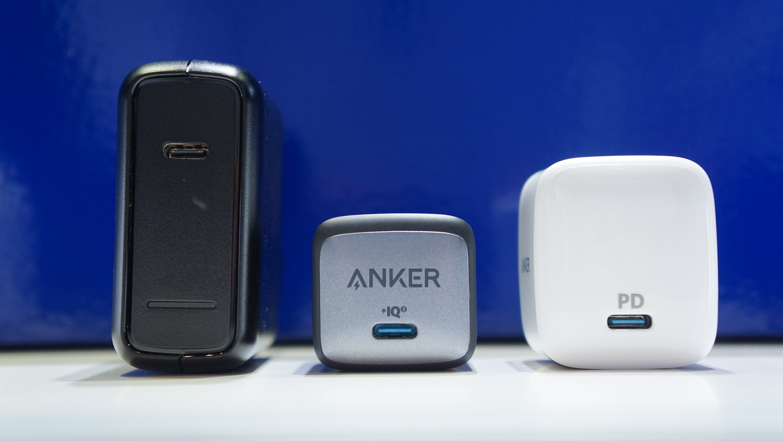 同じ30W出力のAnker充電器と大きさを比較