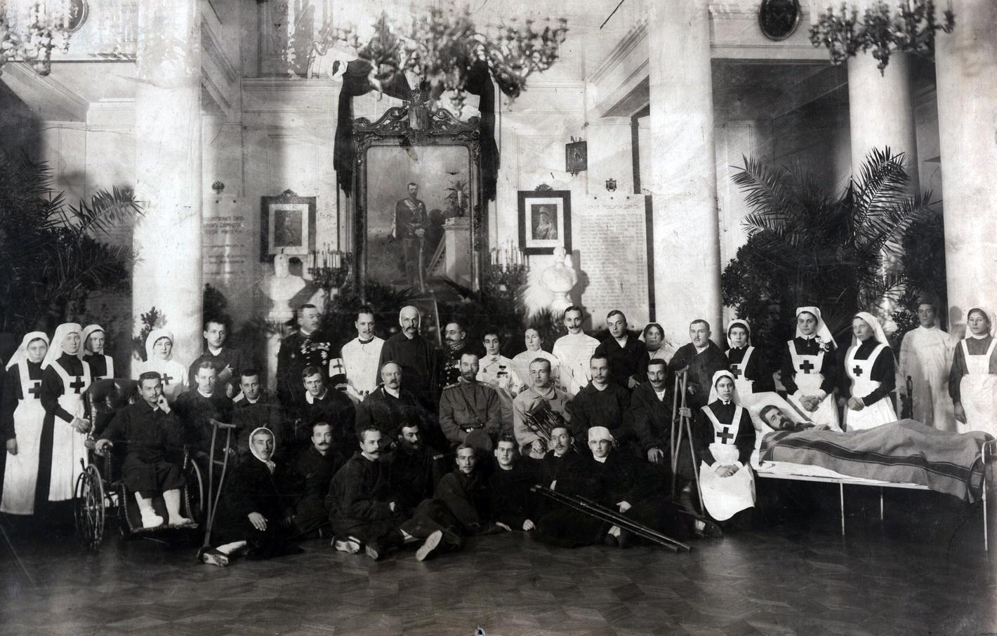 1914. Император Николай 2 с ранеными и членами «Российского общества Красного Креста»