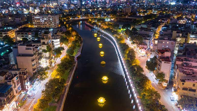 Sambut Vesak 2565 Kanal di Kota Ho Chi Minh Dihias Lentera Teratai
