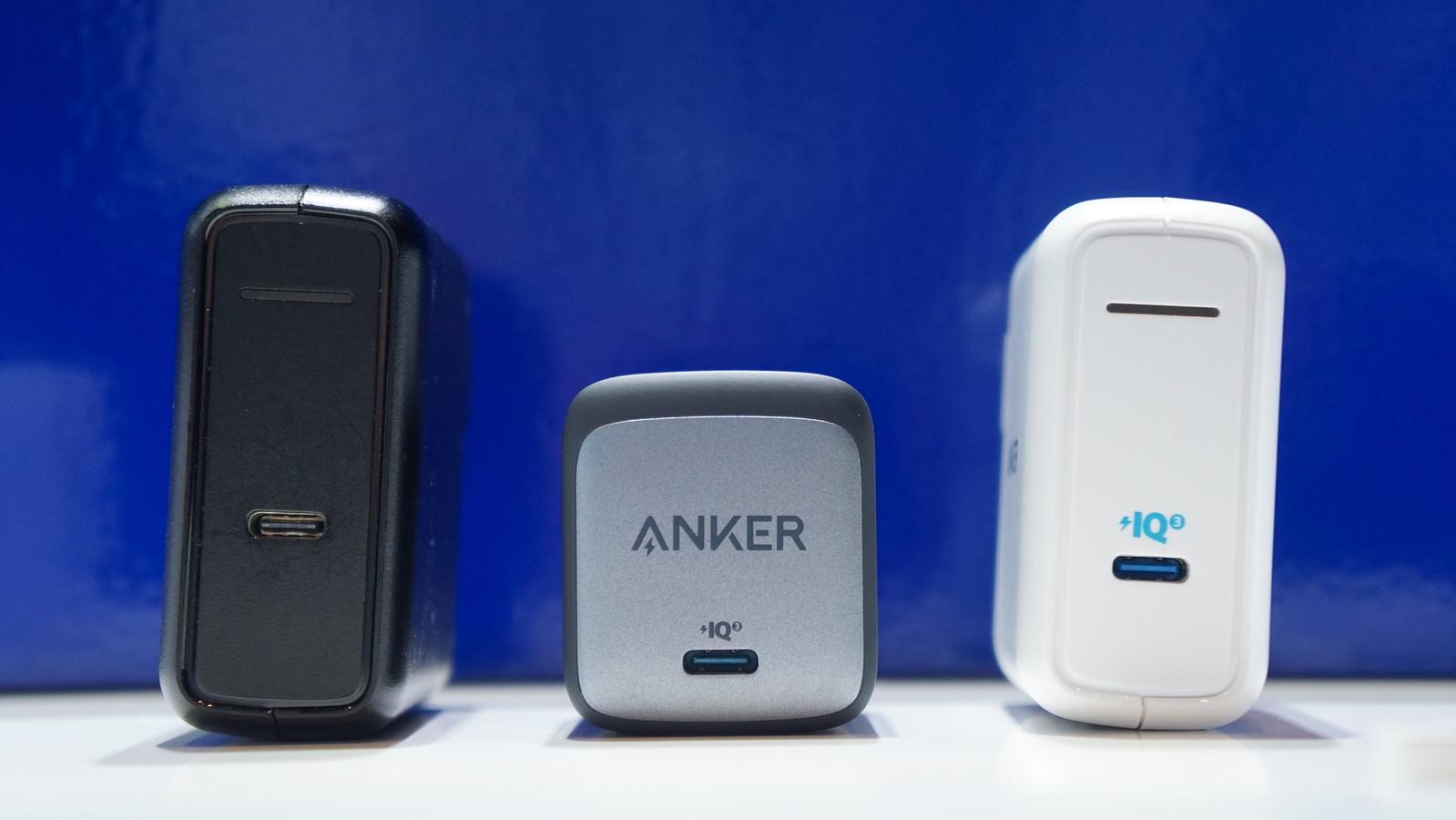 60W出力のAnker充電器と大きさを比較