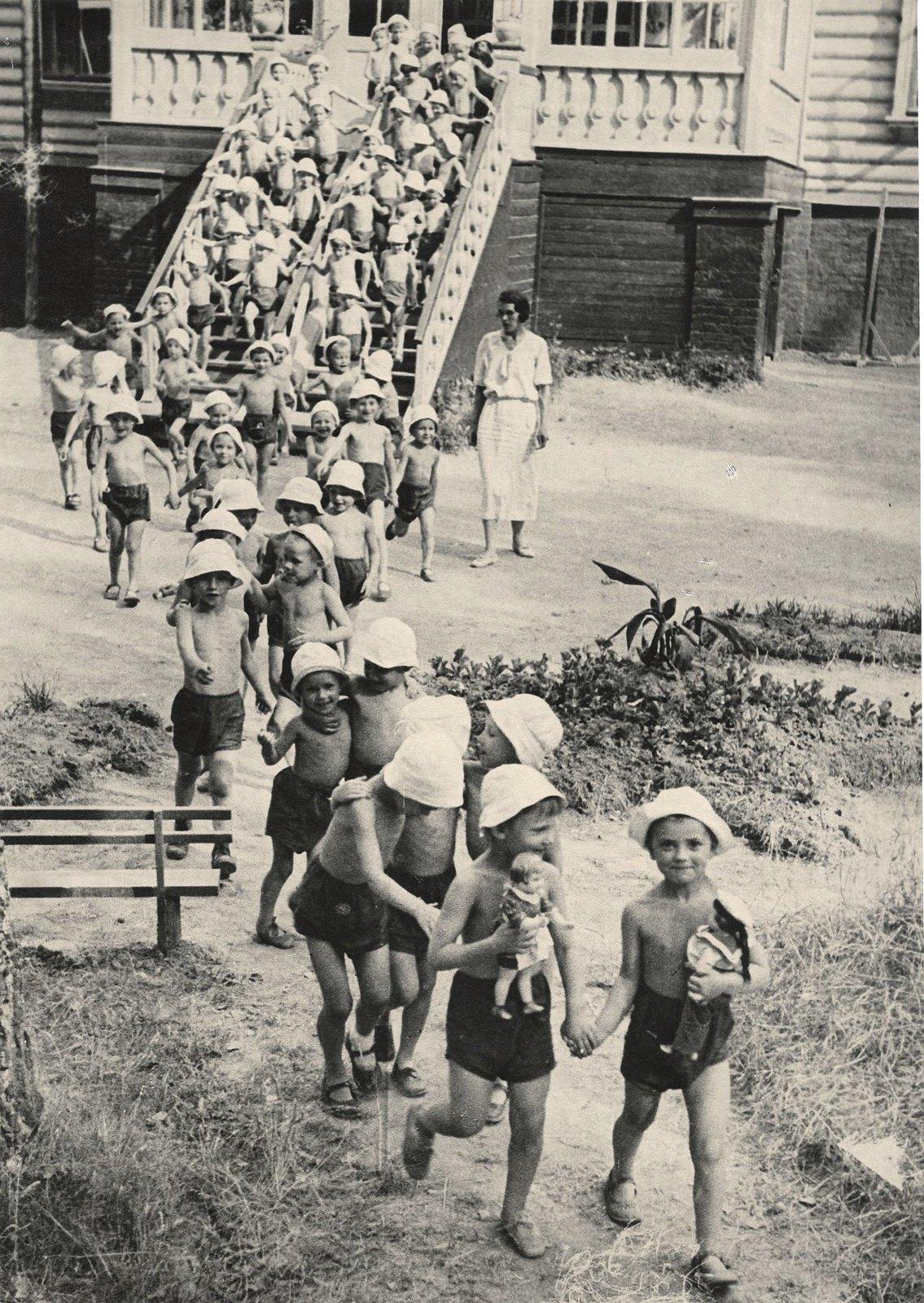 1937. В детском саду