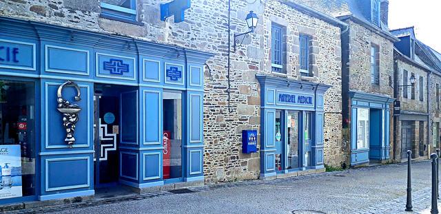 Haronie de bleus dans les rues de Bazouges la Pérouse.
