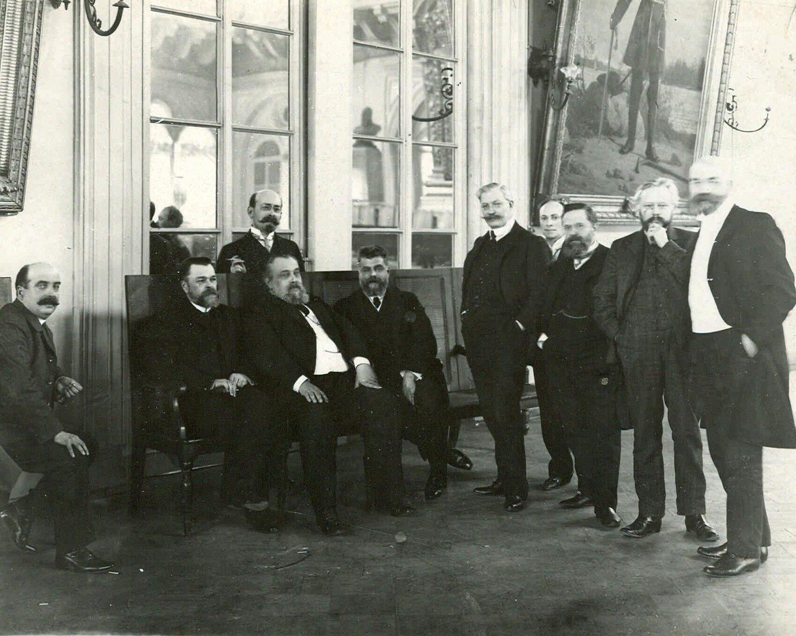 1906. Лидеры российских либеральных партий в кулуарах Таврического дворца