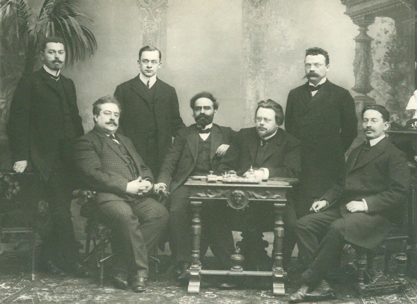 1906. Группа депутатов Первой Государственной Думы за столом