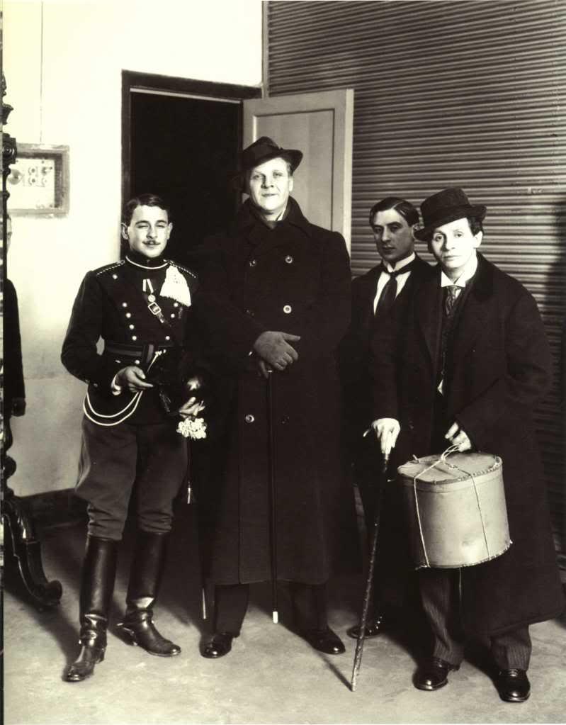 1914. Ф. Шаляпин с поклонниками у служебного входа театра Народного дома