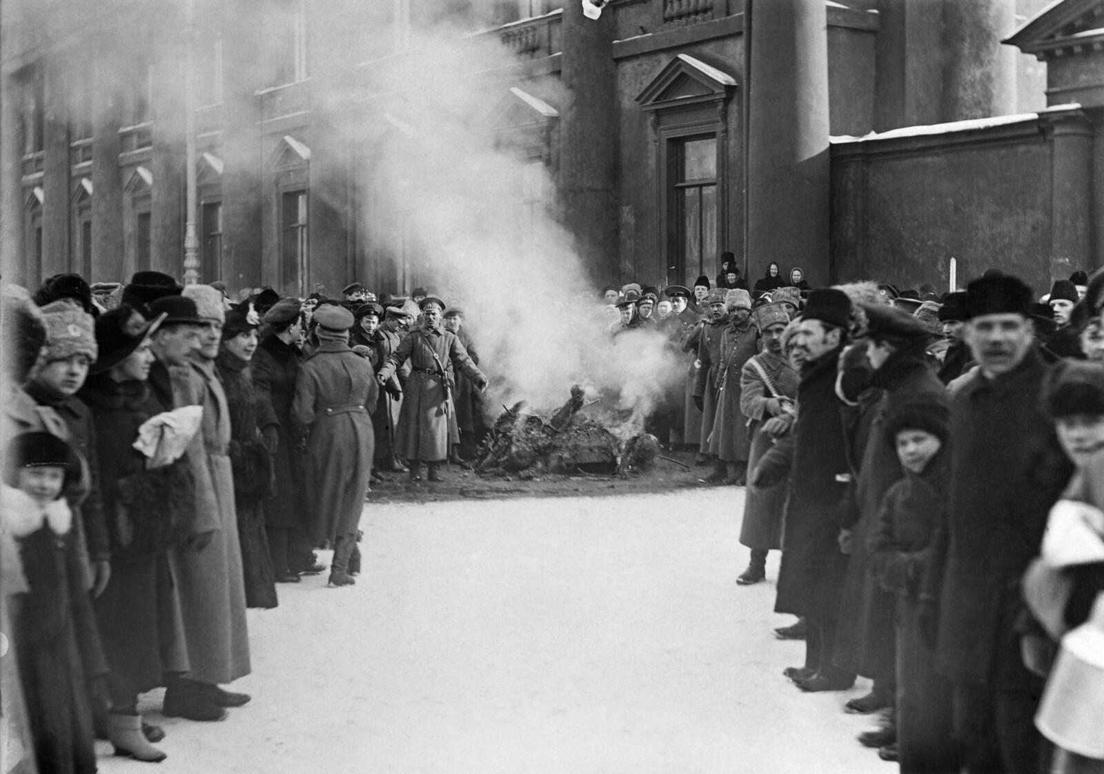 1917. Сожжение герба у Аничкова дворца