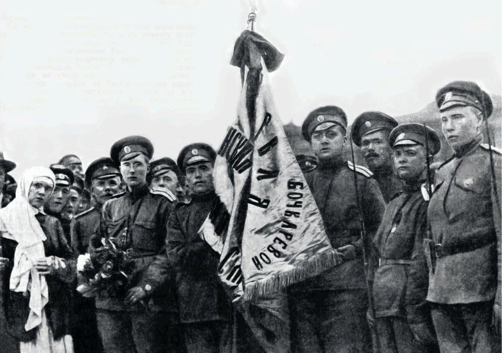 1917. Освящение знамени женского «батальона смерти»