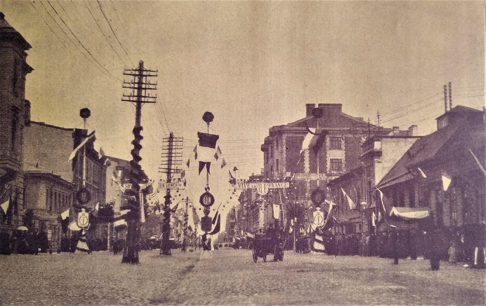 1902. Перспектива 12-й - 13-й линии ВО в дни визита президента Французской республики Эмиля Лубэ.