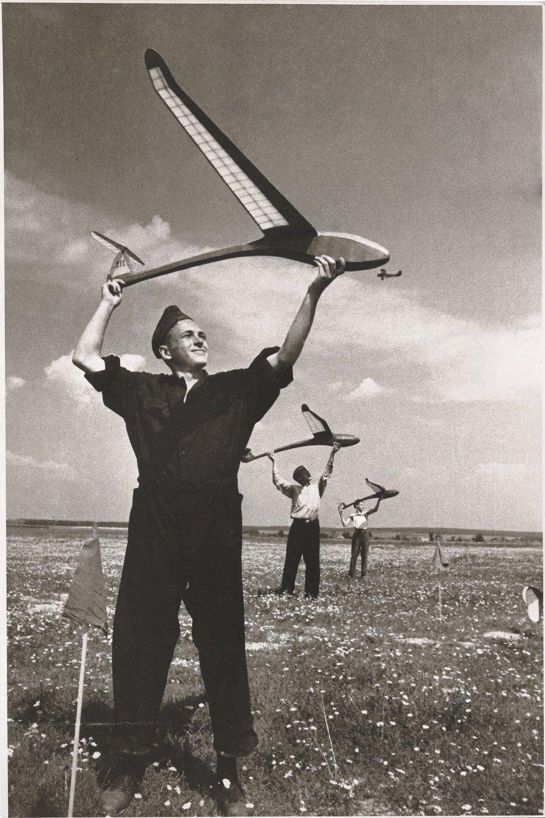1937. Юные авиамоделисты