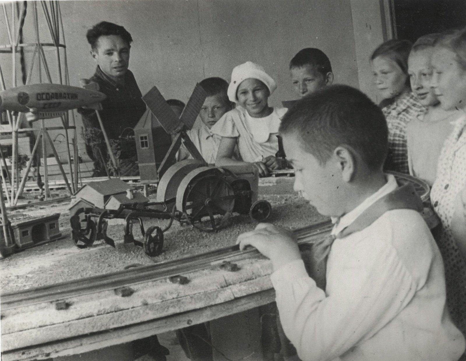 1937. У макета