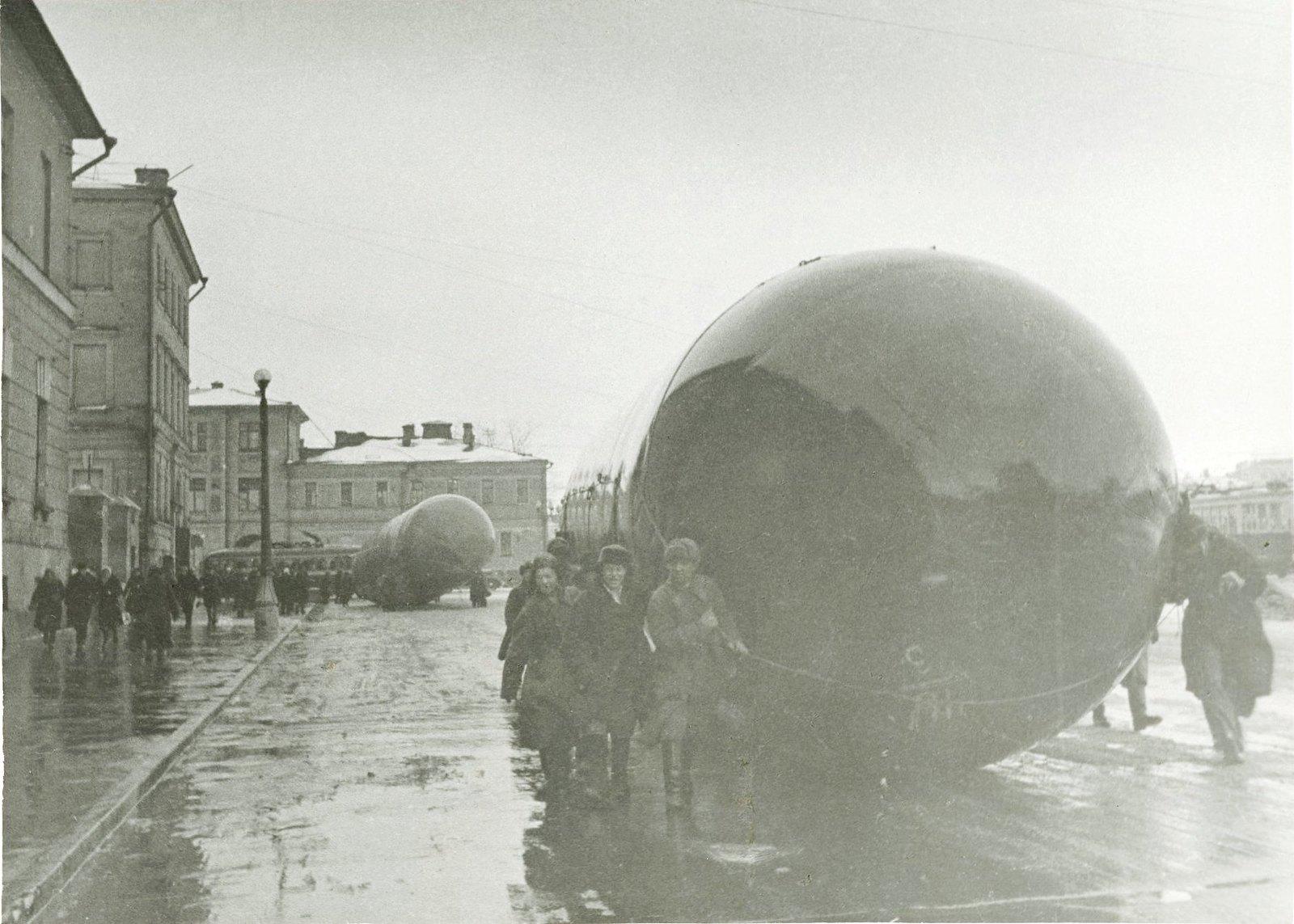1941. Переноска газгольдеров по улицам Москвы