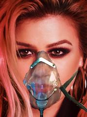 Kelly Clarkson on oxygen mask