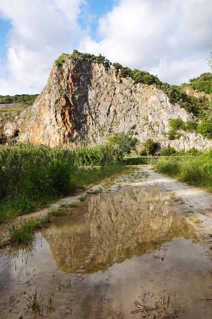 Collina riflessa sulla strada al lago di Porta presso Montignoso in Toscana