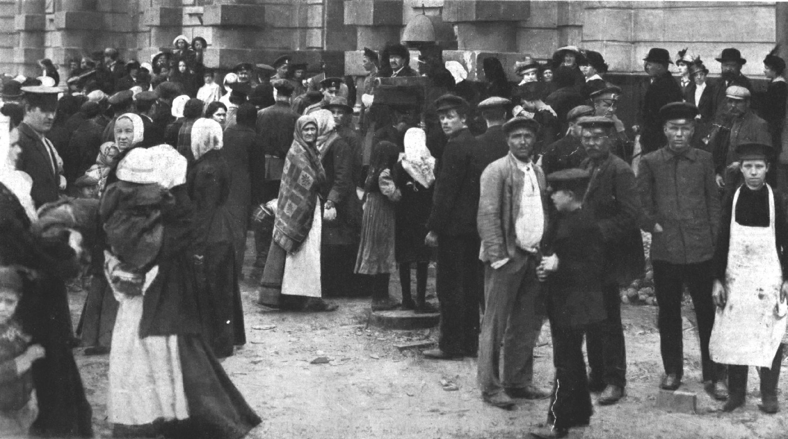 1914. У редакции газеты. В ожидании известий