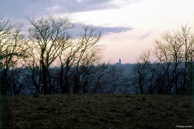 Le village de Troisgots à l'horizon
