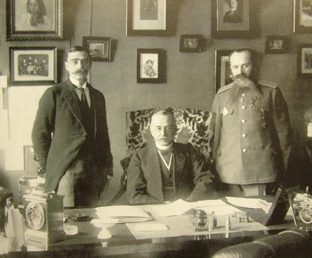 1916. Александр Дмитриевич Протопопов (посередине) - последний царский министр внутренних дел Российской империи, в своем кабинете с двумя сотрудниками. Сентябрь