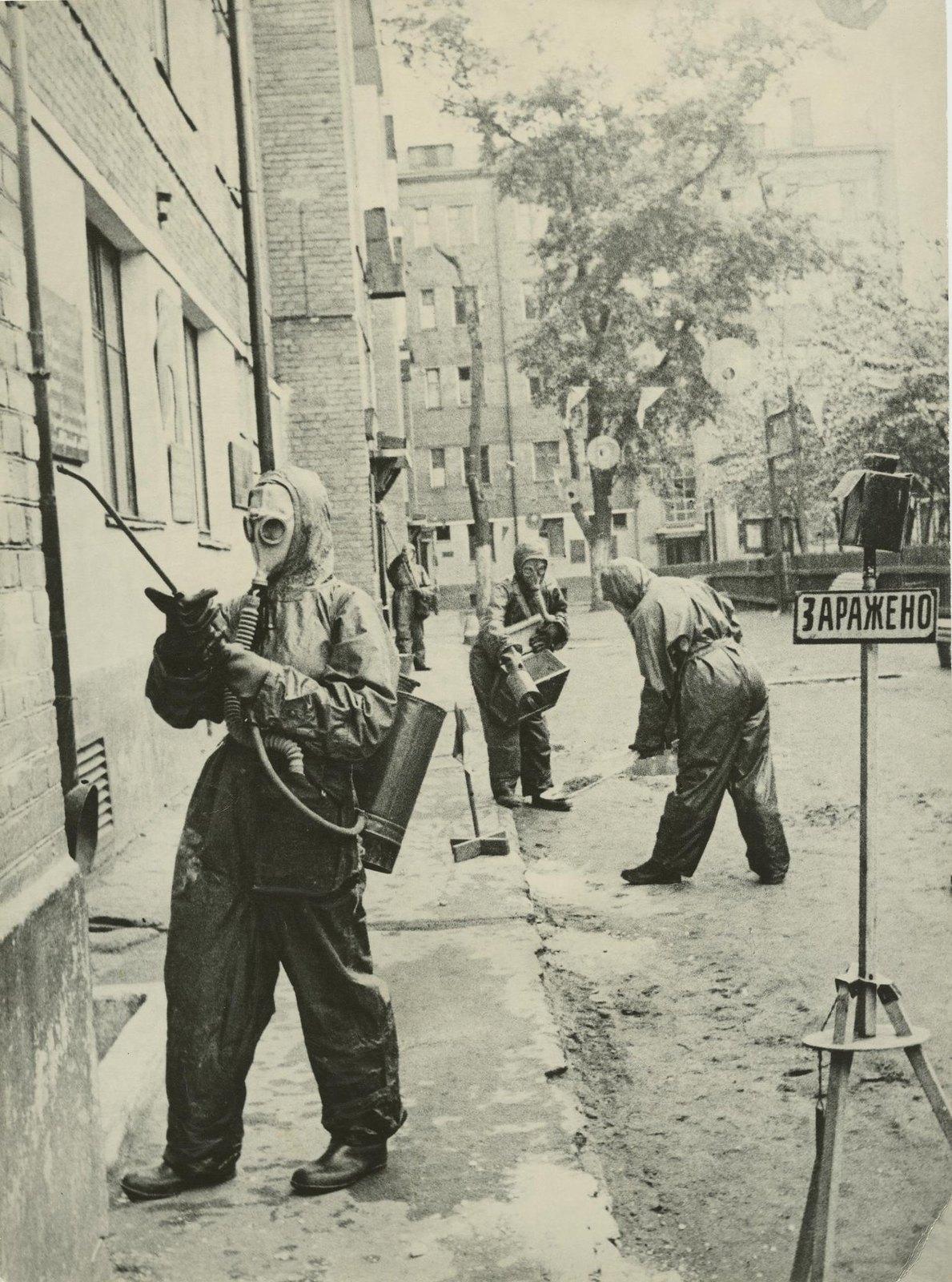 1941. Химическое звено проводит учебную дегазацию «зараженной» местности (на первом плане - домохозяйка т. Панкратова дегазирует стену дома), июнь
