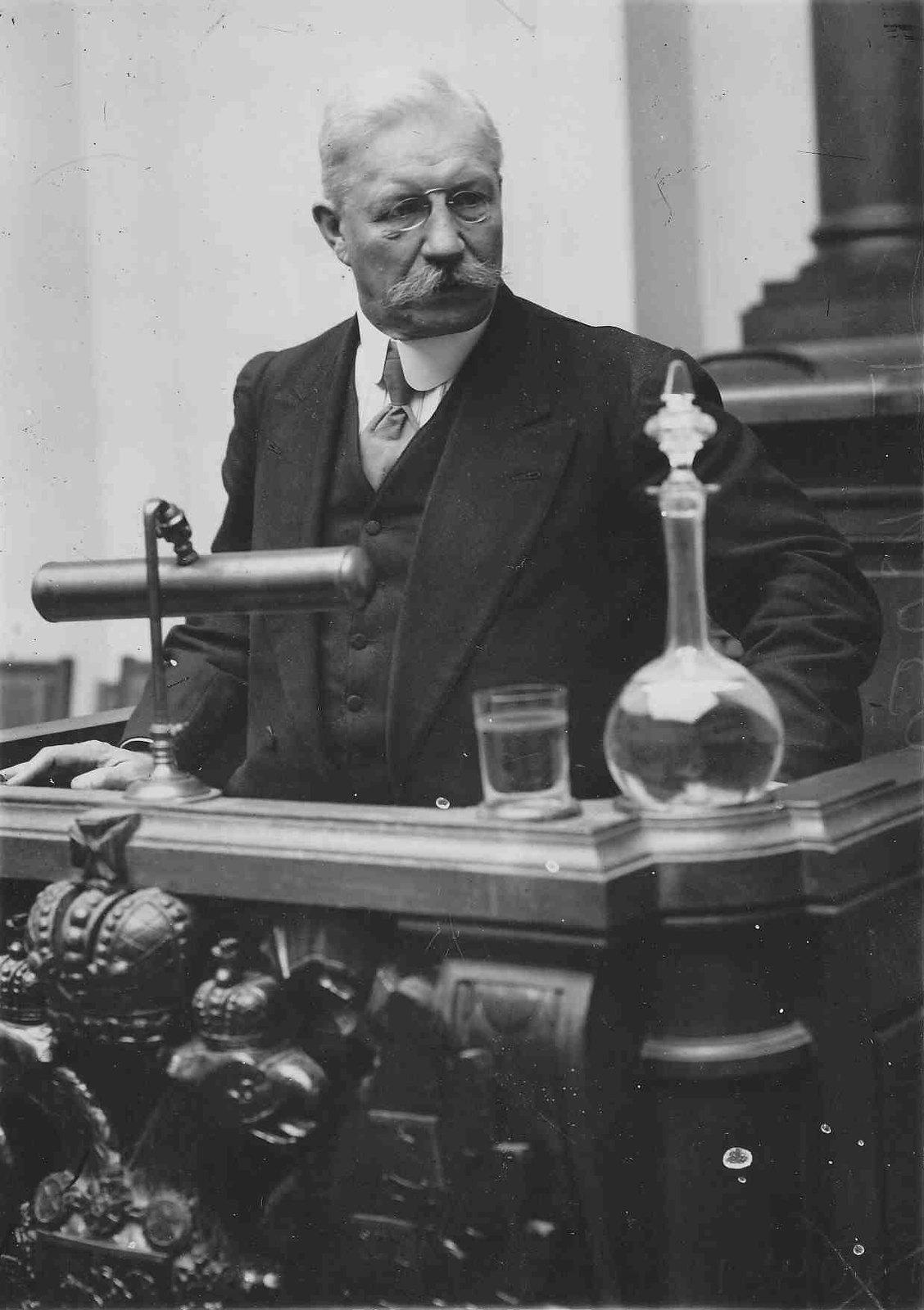 1915. Член Государственной Думы 4-го созыва П. Н. Милюков во время выступления