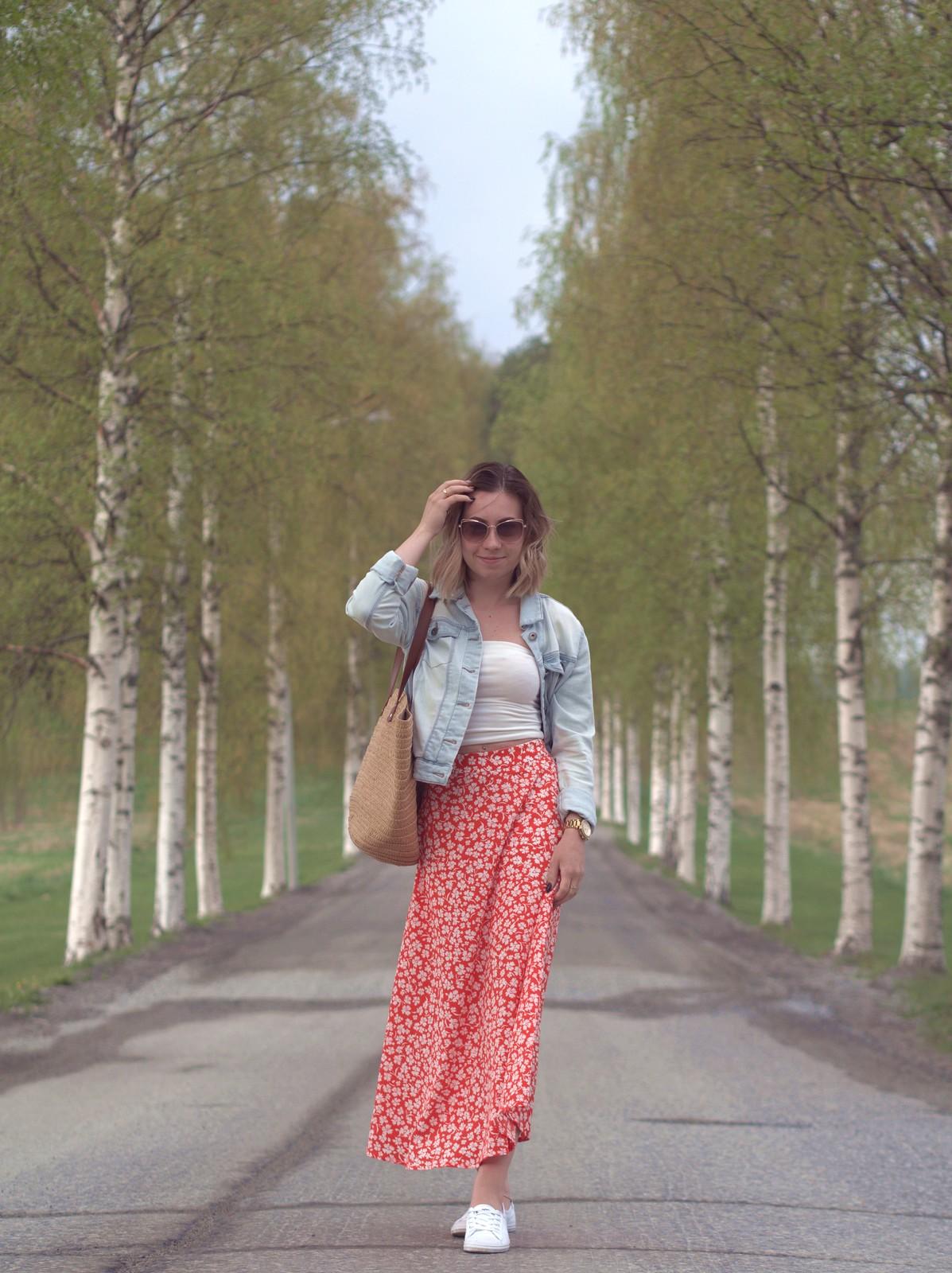 punavalkoinen kukkahame ja farkkutakki