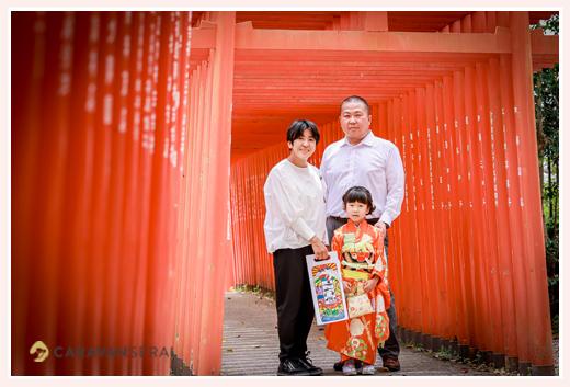 七五三 愛知県瀬戸市の深川神社へお参り 赤い鳥居の下で